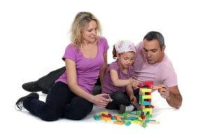 anya apa közösen játszik kislányukkal építőst