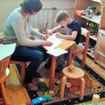 Anya és fia rajzolnak