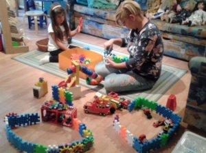 Anya építőzik lányával