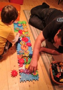 Apa épít fiával színes elemekből