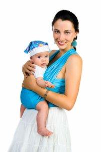 kismama hordozóban tartja maga előttkisgyermekét