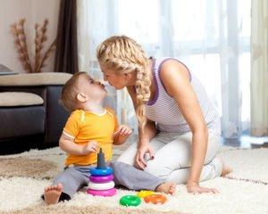 mama játék közben puszilkodik gyermekével