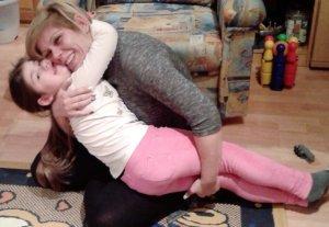 Boldogan öleli anya a lányát