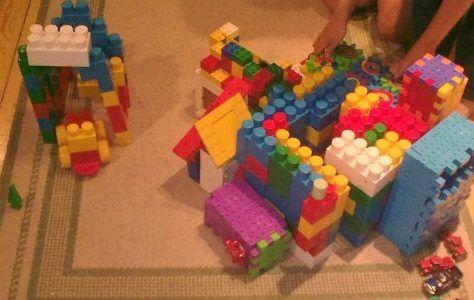 kisfiú duplo házet épít
