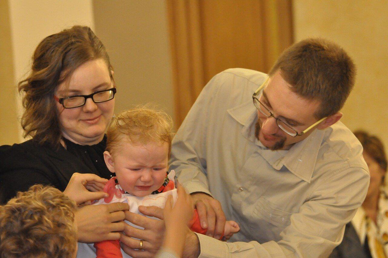 család síró kislánnyal